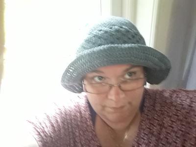 Det kan tänkas att detta är det fulaste jag gjort på en längre tid. Tur det  bara tog två dagar att virka hatten. Den ser så hemsk ut att jag undrar  över ... 92310e9cfab4d