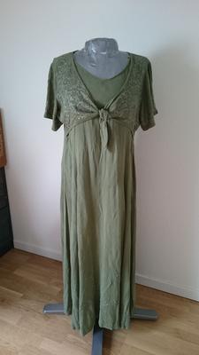 f948ea27102d ... jag en ny utklädnad och sydde om begagnatfyndet till en vanlig klänning  istället. Kjolen blir nästan en hel cirkelkjol och är helt underbar att  dansa i!