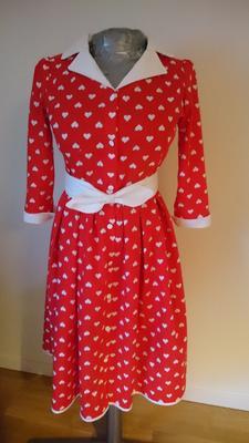 b8f83295ee9 Med bara en halvtimme kvar tills gästerna kom på julafton blev den här  klänningen klar! Jag hade några veckor tidigare köpt två julgardiner i en  second ...