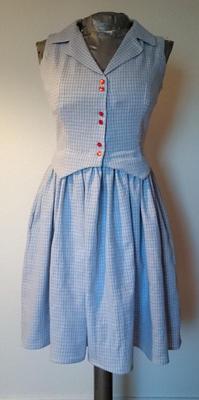 465fb6d0349 Jag blev så nöjd med den här klänningen! Det är ett smårutigt tyg i blått  och vitt med röda detaljer som jag ärvde från min farmor och bara inte har  vetat ...