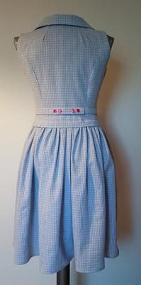 Jag blev så nöjd med den här klänningen! Det är ett smårutigt tyg i blått  och vitt med röda detaljer som jag ärvde från min farmor och bara inte har  vetat ... cc2f93cc63d11