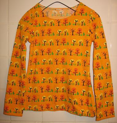 c70a1d5c607c Dottern (7 år) behövde nya långärmade tröjor. Jag behövde göra av med tyger  från mitt tygskåp. Och den gångna helgen hade jag massor med tid att sitta  med ...